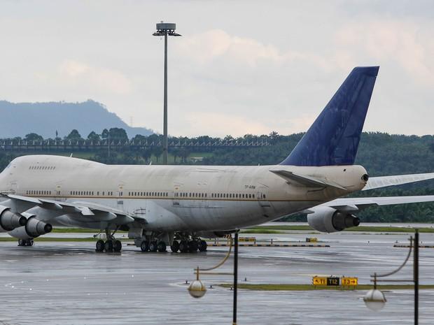 Um dos jatos Boeing 747 que foram abandonados no aeroporto da capital, Kuala Lumpur, na Malásia (Foto: Joshua Paul/ AP)