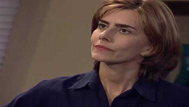Clara percebe que ngela est desconfiada de que ela tenha roubado o anel e a expulsa de sua casa (Foto: Reproduo/viva)