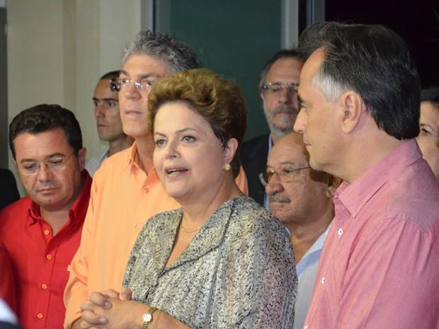 A presidente Dilma Rousseff chegou ao aeroporto Castro Pinto, em João Pessoa, acompanhada do governador da Paraíba Ricardo Coutinho, do senador Vital do Rêgo e de outros políticos, onde concedeu uma rápida entrevista coletiva (Foto: Frederico Martins/G1)