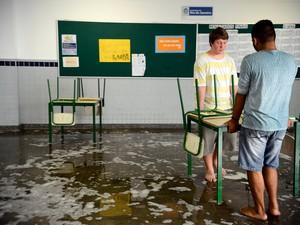 Alunos cuidam da limpeza da Escola Estadual Prefeito Mendes de Moraes na Ilha do Governador, na zona norte do Rio de Janeiro. A escola está ocupada pelos estudantes desde o dia 21 de março por melhorias no sistema de ensino e mais verbas  (Foto: Tânia Rego/Agência Brasil)