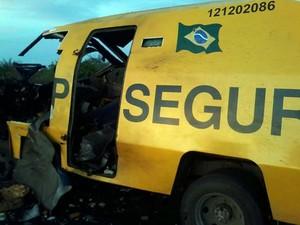 Carro-forte foi destruído em ataque na quinta-feira (Foto: Divulgação / Polícia Civil )