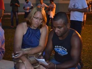 Casal anotou números para conferir em casa (Foto: Dennis Weber/G1)