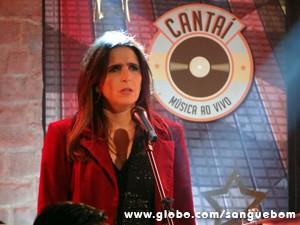 A moça fica passada ao ver o sujeito (Foto: Sangue Bom/TV Globo)