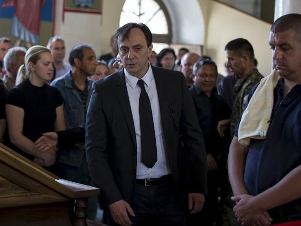 O diretor da DBK, Saso Mikhalkov, é visto durante o funeral do policial Sasho Samoilovski, em uma igreja em Tetovo, na Macedônia, no domingo (10) (Foto: Reuters/Marko Djurica)
