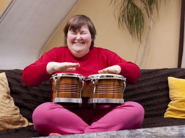 Musicoterapia incentiva a expressividade através de produções sonoras (Foto: Divulgação/Thinkstock/Getty Images)