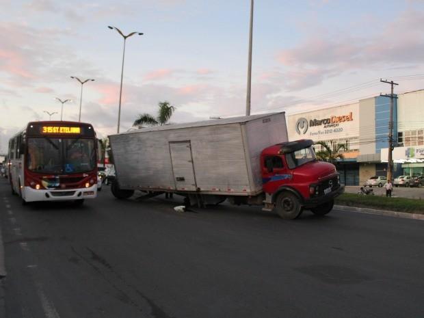 Caminhão ficou no meio da pista da Avenida Torquato Tapajós, em Manaus (Foto: Marcos Dantas/G1 AM)