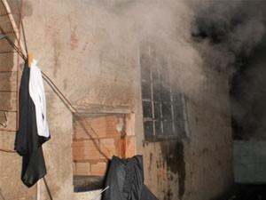 Crianças conseguem escapar de incêndio em casa em Lavras. (Foto: Corpo de Bombeiros)