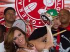 Com direito a tamborim, Viviane Araújo samba na quadra do Salgueiro