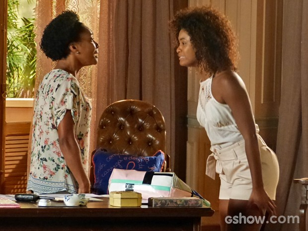 Alice e Neidinha ficam frente a frente e discutem pelo passado (Foto: Em Família/ TV Globo)