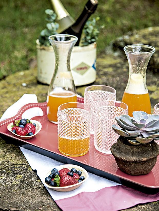 Mimosa é um drinque difícil de recusar. Melhor ainda se for incrementado com frutas vermelhas. Bandeja SouQ, copos Utilplast (Foto: Cacá Bratke/Editora Globo)