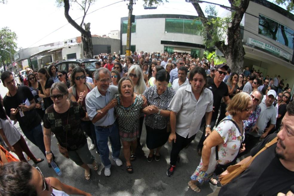 No enterro, emoção tomou conta de familiares de jovem morta em flat no Recife (Foto: Marlon Costa/ Pernambuco Press)