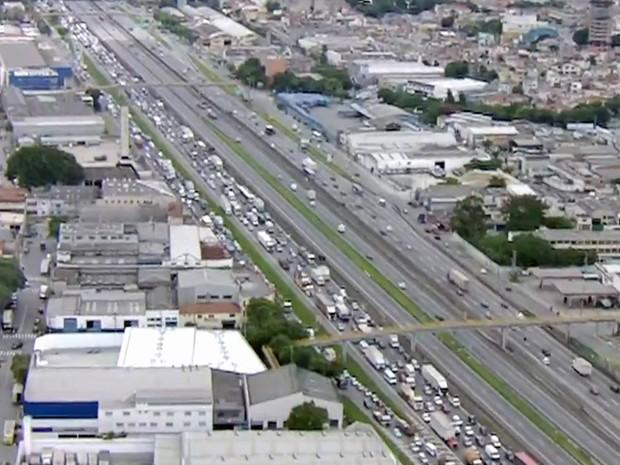 Acidente bloqueou pista expressa e provocou trânsito na Rodovia Dutra com reflexos na Marginal Tietê (Foto: TV Globo/Reprodução)