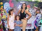 Vera Viel e filhas riem com faixas no cabelo e desfilam com Rodrigo Faro