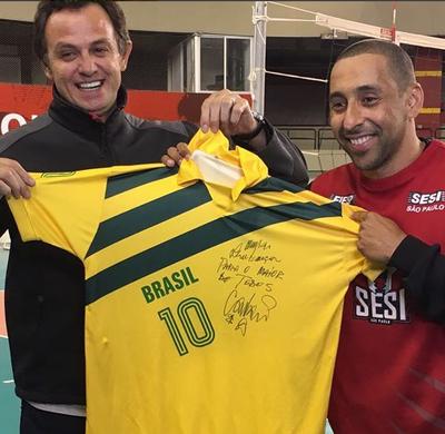 93981c7ed5 Carlão atende pedido de Serginho e dá camisa com homenagem ao líbero ...