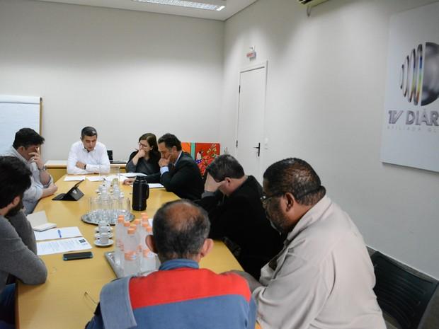 Assessores, coordenadores de campanha e advogados dos candidatos participaram de reunião sobre debate da TV Diário, em Mogi das Cruzes  (Foto: Jamile Santana/ G1)
