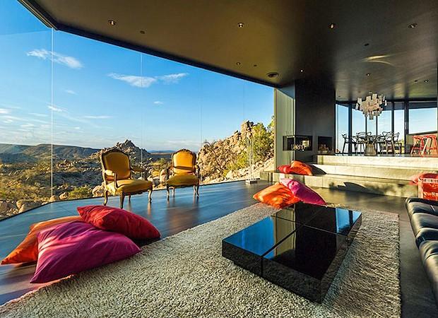 Ao contrário da arquitetura, a decoração é colorida (Foto: Divulgação)