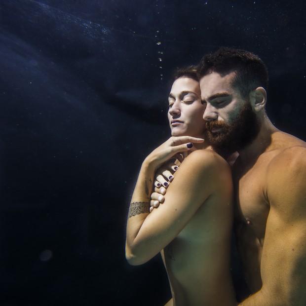 Gabriela Pugliesi e Ricardo Barbato - casal sarado até debaixo d'água (Foto: WePick)