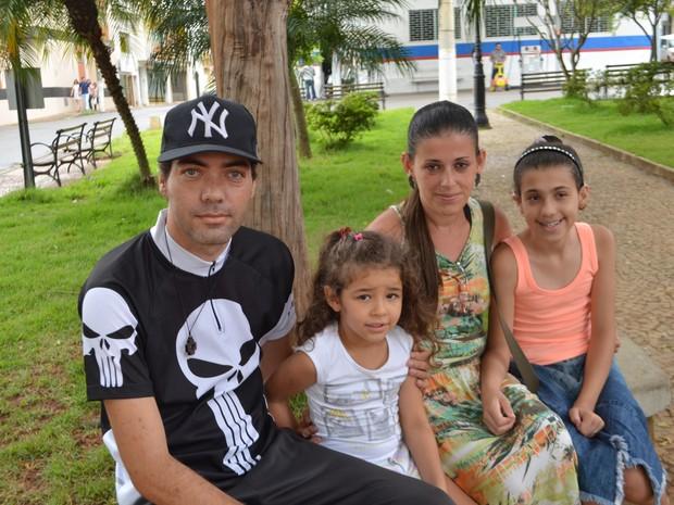 Raíssa (à dir.) ao lado dos pais e da irmãzinha em Lavras (Foto: Samantha Silva/G1)