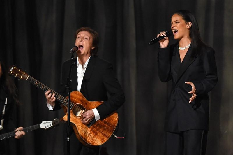 Em versão grifada do look masculino, com costume da Maison Margiela para apresentação no Grammy de 2014 ao lado de Paul McCartney (Foto: Getty Images)