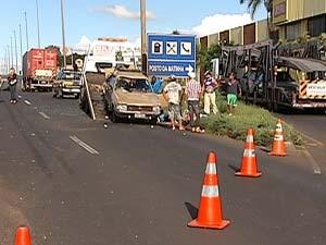 Homem embriagado bate em caminhão na BR-050 em Uberlândia, MG (Foto: Reprodução/TV Integração)