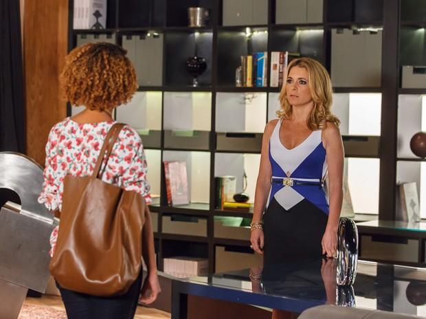 Hora da verdade! Verônica conta para Pamela que os filhos que espera são de Jonas (Foto: Artur Meninea/TV Globo)
