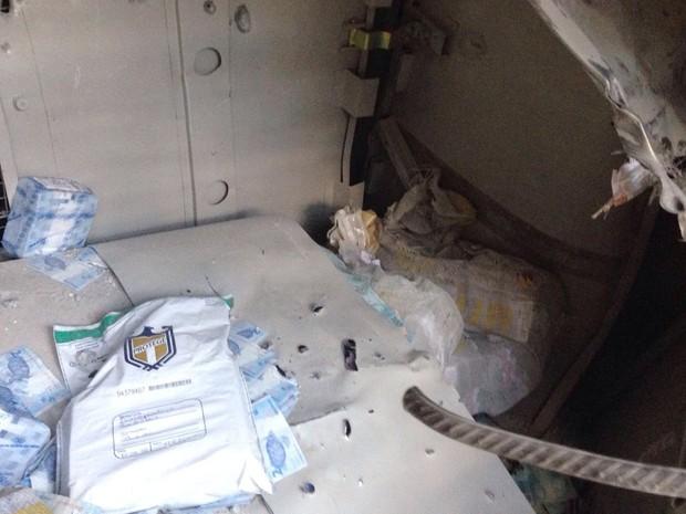 Algumas pacotes de notas de R$ 2 foram deixados de lado pelos bandidos (Foto: Arquivo pessoal)