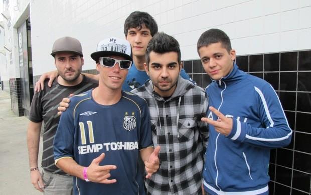 Membros da banda DiClock na porta do estádio da Vila Belmiro (Foto: Lincoln Chaves / Globoesporte.com)