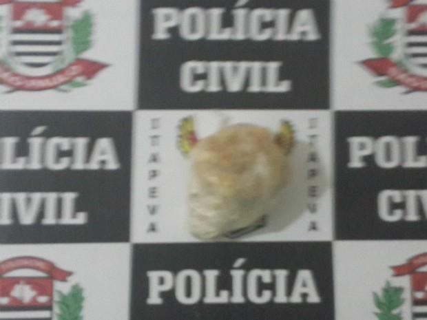 Policiais apreenderam uma pedra de crack que pesava 30 gramas (Foto: Divulgação/ Dise)