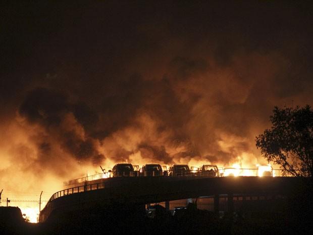 Veículos pegaram fogo próximo ao local da explosão em Taijian, na China  (Foto: REUTERS/Stringer)