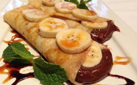 Panqueca doce de banana com recheio de chocolate