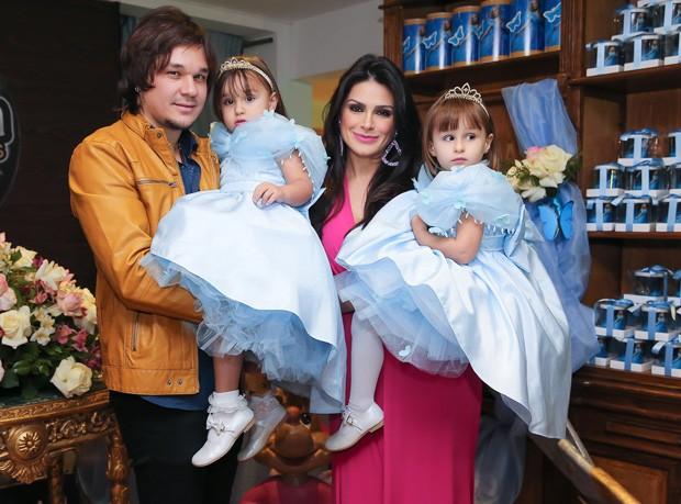 Leandro e Natália Guimarães com as filhas (Foto: Manuela Scarpa/Photo Rio News)