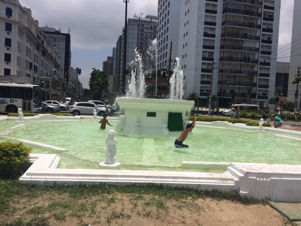 No calor, crianças tomam banho em fonte de Santos (Foto: Carlos Abelha / TV Tribuna)
