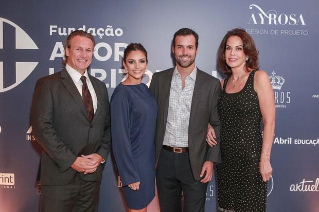 Carol Celico com o namorado, Eduardo Scarpa, e os sogros (Foto: Raphael Castello/AgNews)