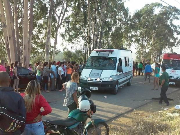 Familiares estão na porta da unidade esperando informações (Foto: Davidson Fortunato / Inter Tv dos Vales)