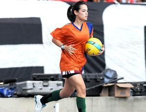 Fernanda Maia gandula na decisão Fluminense x Botafogo (Foto: André Durão / Globoesporte.com)
