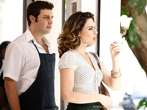 Luciana vê o cunhado com outra mulher e fica bolada (Foto: Inácio Moraes / TV Globo)