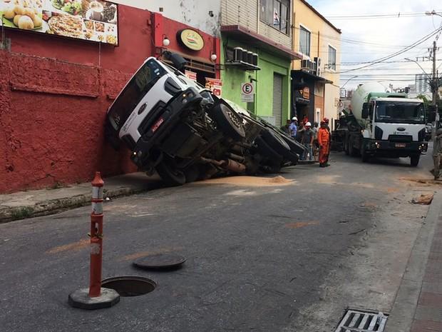 Parte do asfalto cedeu na Rua Jaceguai, no bairro Prado, em Belo Horizonte (Foto: Liliana Junger/TV Globo)