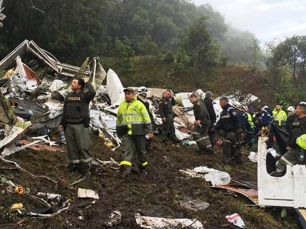 Equipes de resgate trabalham nos destroços do avião que transportava a delegação da Chapecoense para a Colômbia e caiu perto de Medelín (Foto: Colombia National Police/via AP)