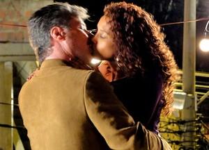 Mandou bem, Otto! O empresário dá aquele beijo em Penha (Foto: Cheias de Charme / TV Globo)