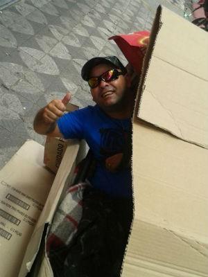 Valdir montou cabana e dormiu na frente da loja (Foto: Arquivo Pessoal)