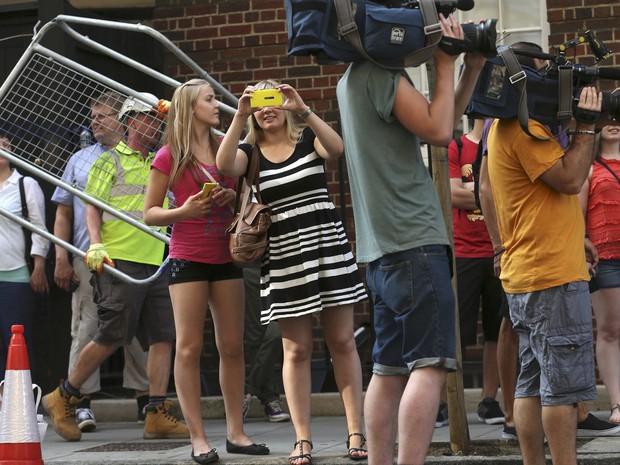 22/7 - Britânicos espram pela chegada do bebê real em frente ao hospital (Foto: Suzanne Plunkett/Reuters)