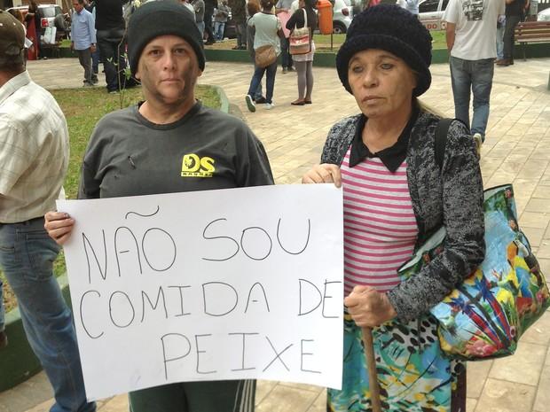 Manifestantes protestam contra declaração polêmica de vereador de Piraí, RJ (Foto: Alysson Costa/TV Rio Sul)