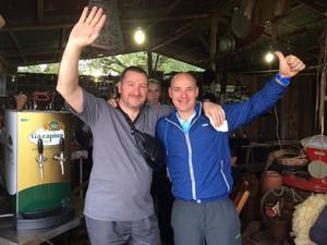 Amigos comerciantes Raul Narer, de 58 anos, e Marcelo Dibiaggio, 47, acampam em Porto Alegre (Foto: Luiza Carneiro/G1)