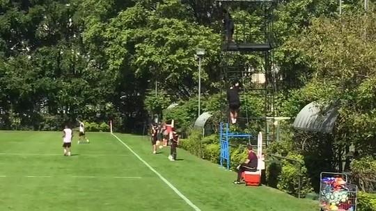 Nas alturas: Ceni vê jogo-treino em andaime no CT do São Paulo e usa reforço