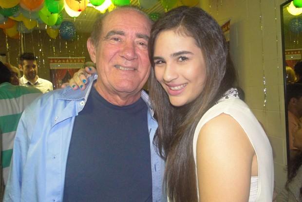 Renato posa para foto com a filha em festa armada para ele nos bastidores (Foto: TV Xuxa / TV Globo)