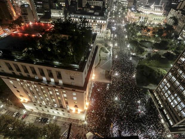 Pessoas protestam contra o aumento da passagem em volta da prefeitura de SP (Foto: Miguel Schincariol/AFP)