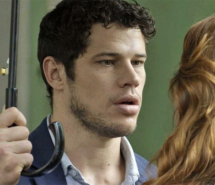 O rapaz nem acredita que a estrela Leonora ainda está interessada nela (Foto: TV Globo)