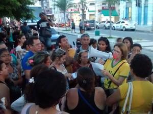 Trabalhadores caminharam da Praça da Bandeira e  se concentraram na Praça do Ferreira, no Centrod e Fortaleza  (Foto: André Teixeira/G1)