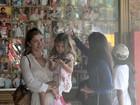 Grazi Massafera almoça com a filha em churrascaria no Dia das Mães