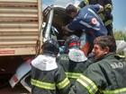 Engavetamento deixa caminhoneiro ferido em rodovia de Turmalina
